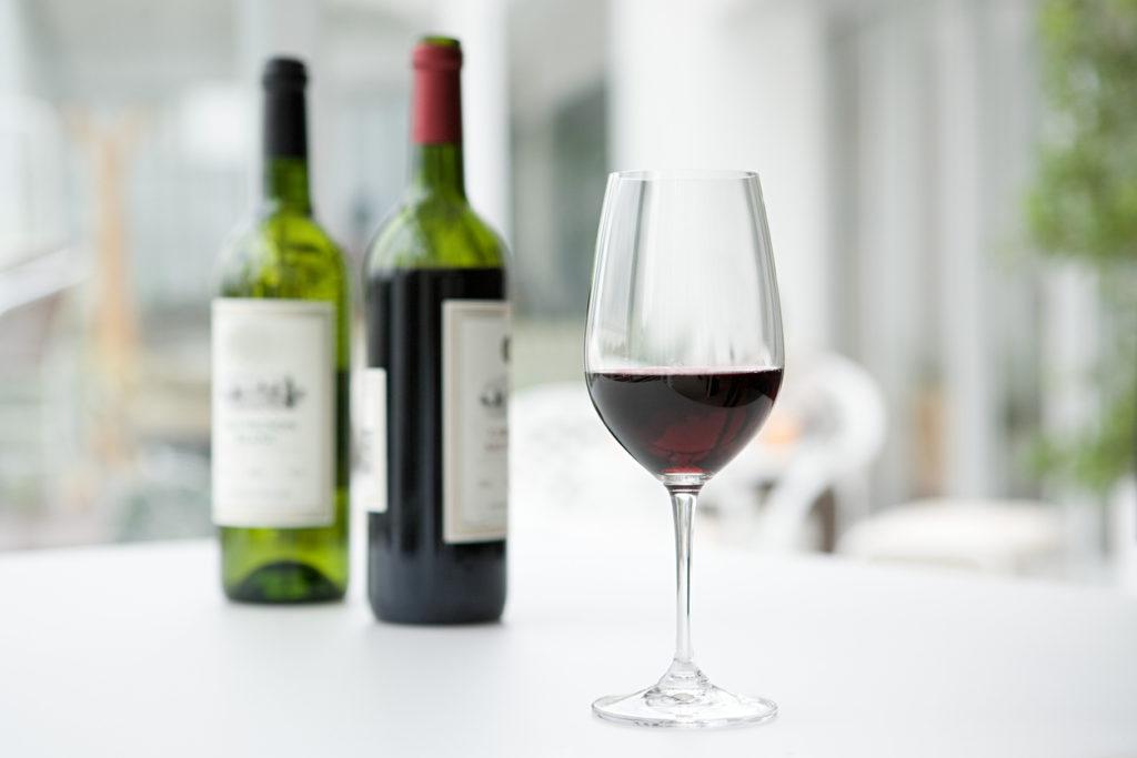 顔のむくみには赤ワインがおすすめ